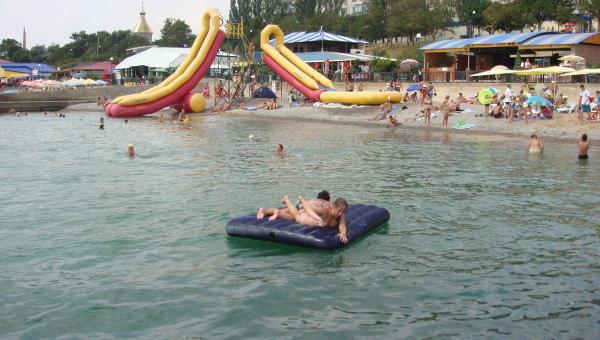 Летний отдых на крымском побережье Черного моря. Архивное фото