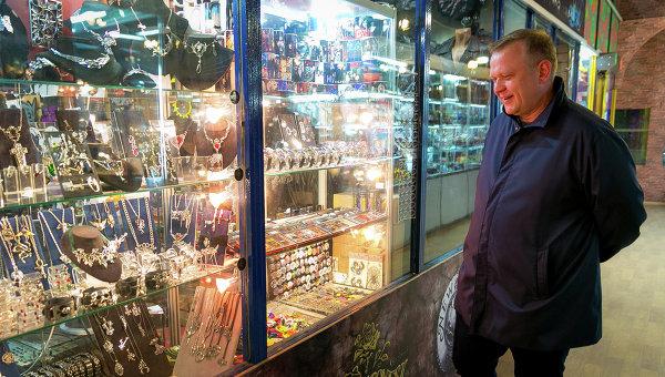 Сергей Капков во время прогулки по ВДНХ