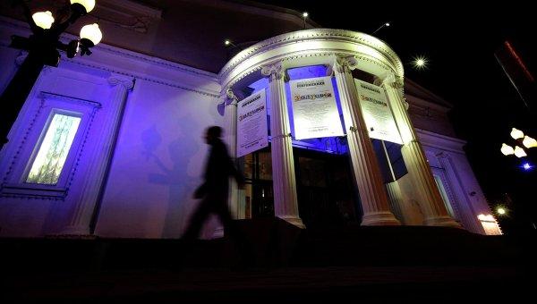 Здание московского театра Современник подсвечено синими прожекторами в рамках акции Light It Up Blue