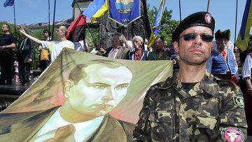 Представитель Конгресса украинских националистов с портретом Степана Бандеры, архивное фото