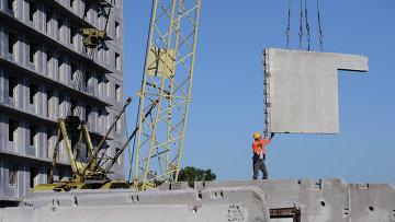 Рабочий на строительной площадке. Архивное фото