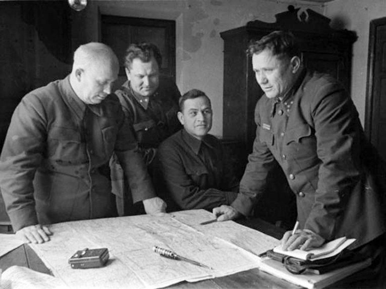 На передовой Сталинграда: Никита Хрущев и Андрей Еременко. 1942 год