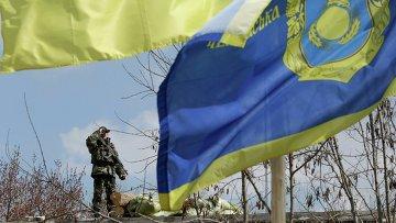Украинский пограничник недалеко от границы с Россией в Донецкой области. 15 апреля 2014