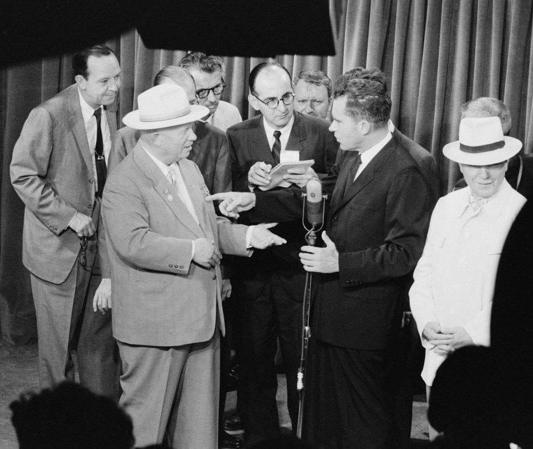 Советский премьер Никита Хрущев и вице-президент Ричард Никсон во время дебатов в Москве. 24 июля 1959 года.