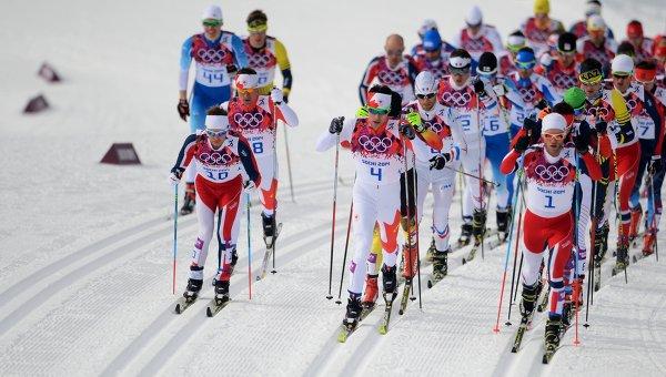 Лыжники на дистанции в скиатлоне. Архивное фото