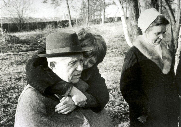 Никита Хрущев с дочерьми Юлией и Радой на даче в Петрово-Дальнем