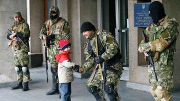 Мальчик пожимает руку пророссийскому активисту здания мэрии в Славянске