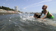 Отдыхающие на городском пляже Сочи. Архивное фото