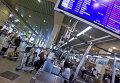 """Пассажиры у стойки регистрации билетов в аэропорту """"Домодедово""""."""