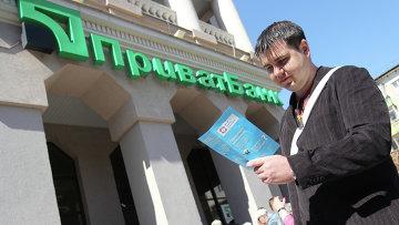 Вкладчик стоит в очереди у центрального отделения ПриватБанка в Симферополе