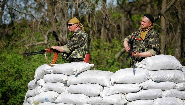 Украинские солдаты на КПП у Славянска