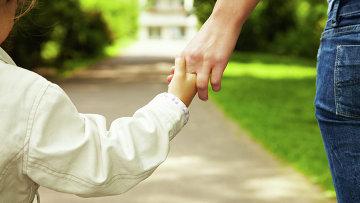 Прогулка с ребенком. Архивное фото