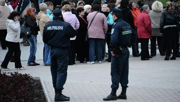 Сотрудники МВД Украины обеспечивают безопасность у окруженного баррикадами здания областной государственной администрации города Донецка