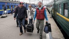 Пассажиры на Киевском вокзале в Москве. Архивное фото