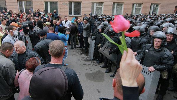 Представители самообороны и сотрудники милиции Украины в Луганске 29 апреля 2014
