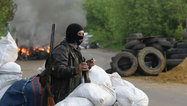 Силы самообороны Славянска на одном из блокпостов при въезде в Славянск. Архивное фото