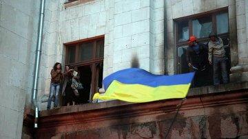 Люди спасаются от пожара в Доме профсоюзов в Одессе