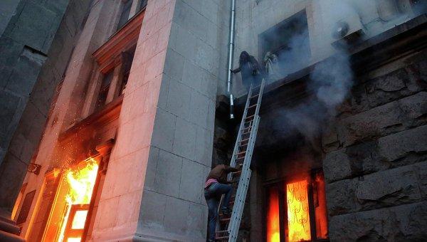 Люди пытаются спастись, спускаясь по лестнице со второго этажа во время пожара в Доме профсоюзов в Одессе