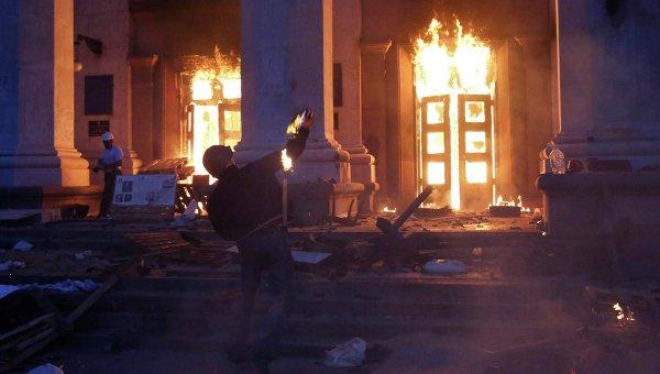 Протестующий бросает коктейль Молотова в здание Дома профсоюзов в Одессе