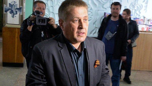 Народный мэр Славянска Вячеслав Пономарев голосует на референдуме