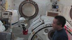 Первый космический робот попрощался с отбывающим с МКС астронавтом