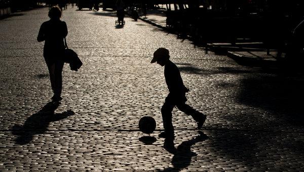 Ребенок играет в мяч . Архивное фото
