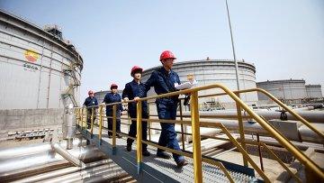 Китайские инспекторы на объекте Китайской национальной нефтегазовой корпорации. Архивное фото