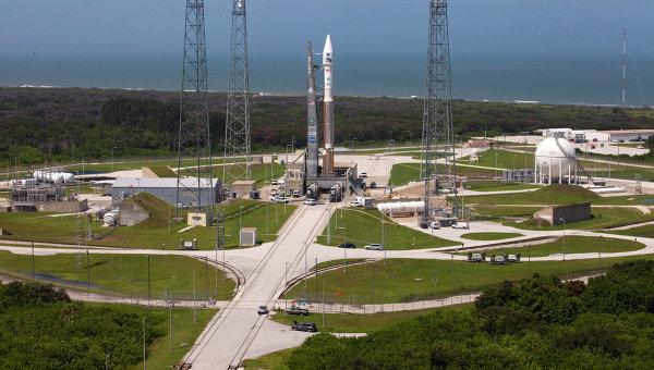 Ракета Atlas V со спутниками на стартовой площадке космодрома на мысе Канаверал