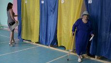 Избиратели во время голосования на внеочередных выборах президента Украины на избирательном участке в Донецке
