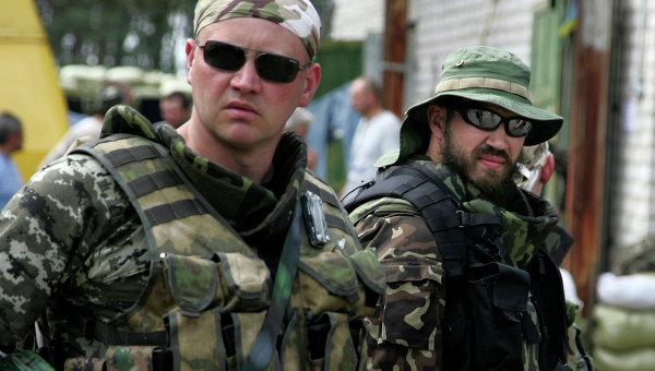 Члены украинской национальной гвардии в городе Старобельске Луганской области, архивное фото