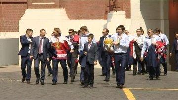 Сборная РФ по хоккею прошлась с кубком ЧМ по Москве и получила награды