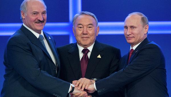 Президенты Белоруссии, Казахстана и России Александр Лукашенко, Нурсултан Назарбаев и Владимир Путин во время заседания ЕАЭС