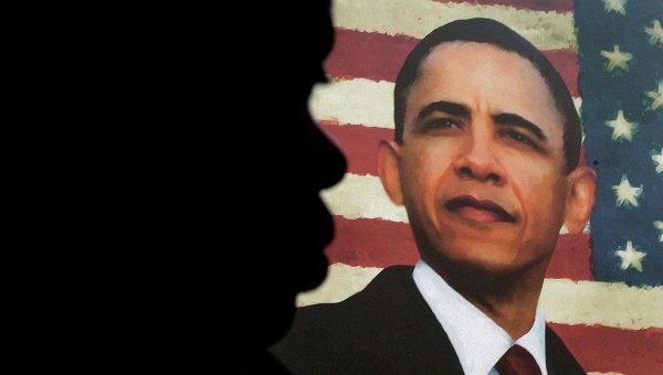 Человек на фоне портрета Барака Обамы. Архивное фото