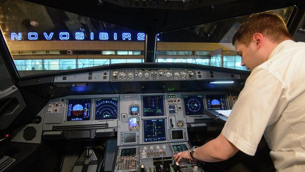 Пилот в кабине самолета Airbus A-321. Архивное фото