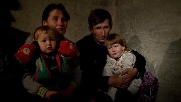 Жители Славянска сидят в подвале дома во время обстрела. Архивное фото