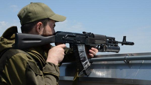 Боец народного ополчения с оружием. Архивное фото