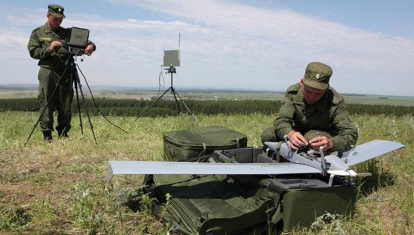 Военнослужащие занимаются подготовкой к запуску беспилотного летательного аппарата. Архивное фото