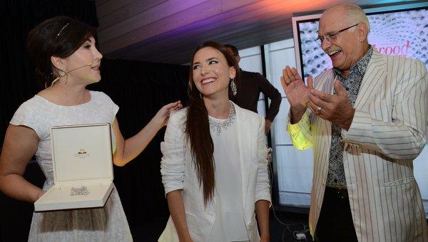 Лауреат премии Аванс, актриса Юлия Александрова (в центре) и председатель союза кинематографистов России Никита Михалков