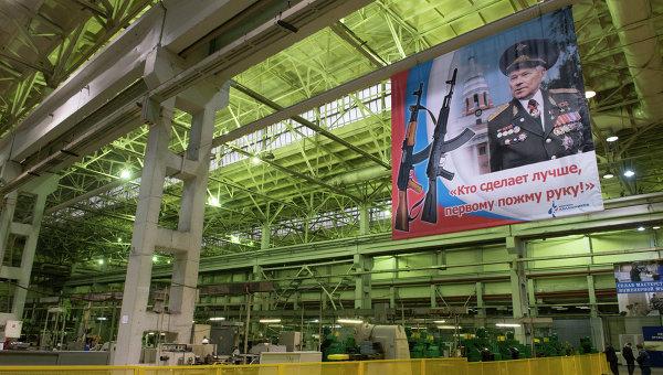Плакат с портретом конструктора - оружейника Михаила Калашникова в цехе предприятия ОАО Концерн Калашников. Архивное фото