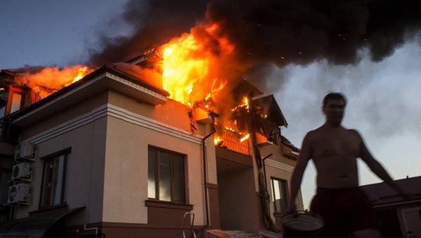 Загоревшийся в результате авиаобстрела дом в Николаевке, архивное фото