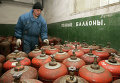 Украинский рабочий у баллонов с газом