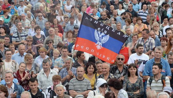 Жители города на митинге в поддержку Донецкой народной республики (ДНР) на площади Ленина в Донецке. Архивное фото