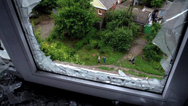 Окно с выбитыми стеклами. Архивное фото