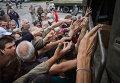 Население Славянска получает гуманитарную помощь, Украина