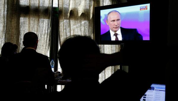 Люди смотрят российский телеканал Россия 24, архивное фото