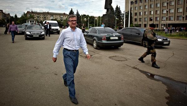 Губернатор Донецкой области Сергей Тарута на центральной площади Славянска