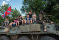 Бойцы ополчения Донбасса и дети в городе Снежное