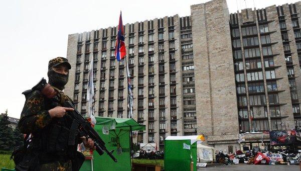 Боец батальона Восток у здания областной государственной администрации города Донецка. Архивное фото