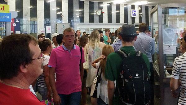 Люди на станции метро Молодежная во время ЧП на Арбатско-Покровской линии