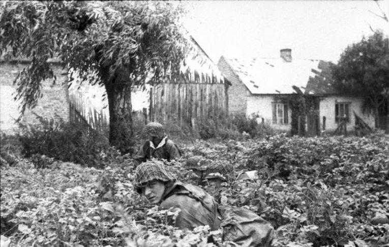 Немецкие солдаты в пригороде Варшавы. Август 1944
